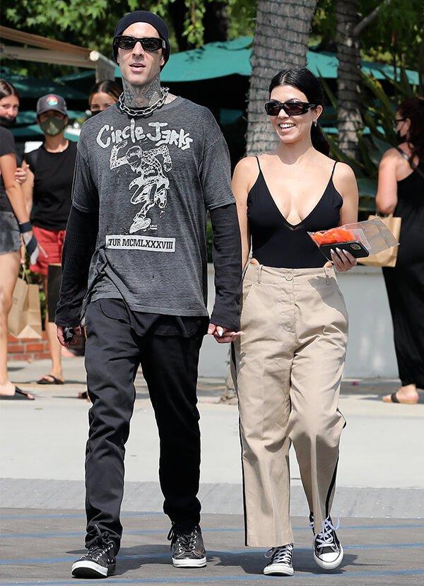 It girls - looks de casal - looks de casal - Inverno - Street Style - https://stealthelook.com.br