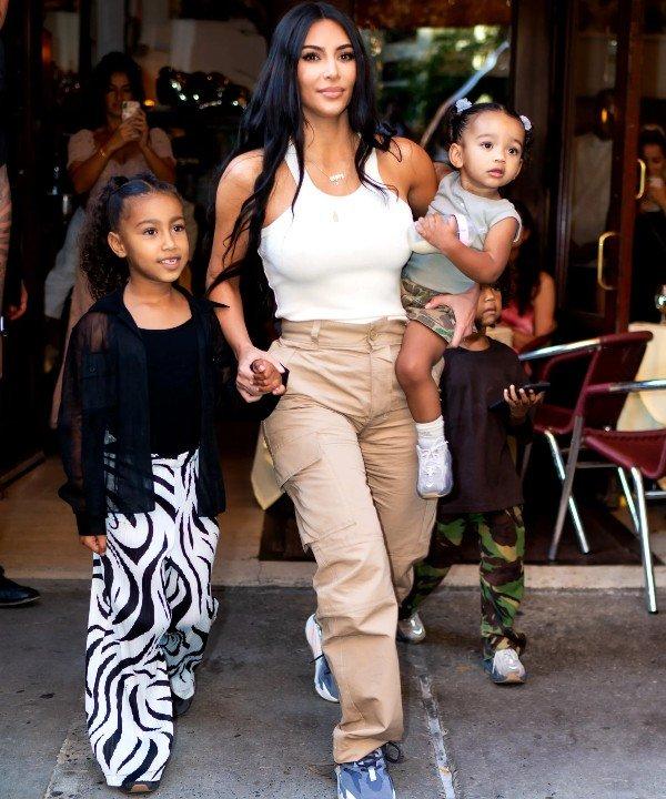 Kim Kardashian e North West - 2021 - mãe e filha - tendência - Look - https://stealthelook.com.br