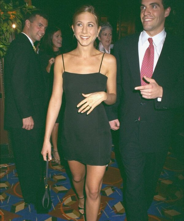 Jennifer Aniston - 2021 - Vestido preto - tendência - brechó repassa - https://stealthelook.com.br