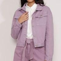 jaqueta de sarja feminina com bolsos e pregas lilás