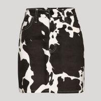 saia curta de sarja estampada animal print de vaca mindset off white