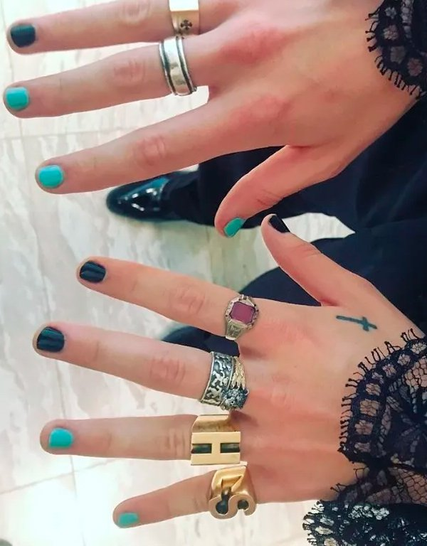 It girls - unhas do Harry Styles - unhas do Harry Styles - Inverno - Street Style - https://stealthelook.com.br
