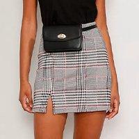 saia feminina curta estampada xadrez com fenda preta