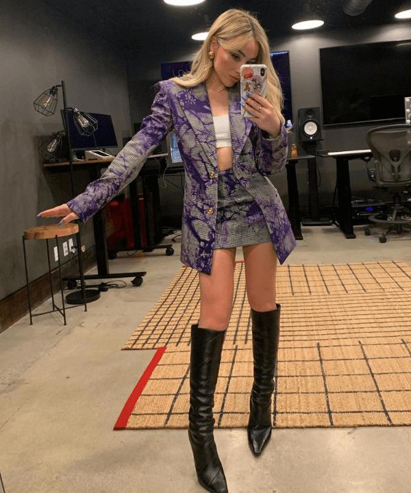 Sabrina Carpenter - looks com saia - looks de celebridades - Verão - Steal the Look  - https://stealthelook.com.br
