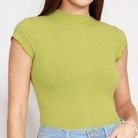 blusa canelada com frufru manga curta gola alta verde