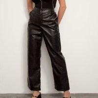 calça reta alfaiataria texturizada croco cintura super alta preta mindset