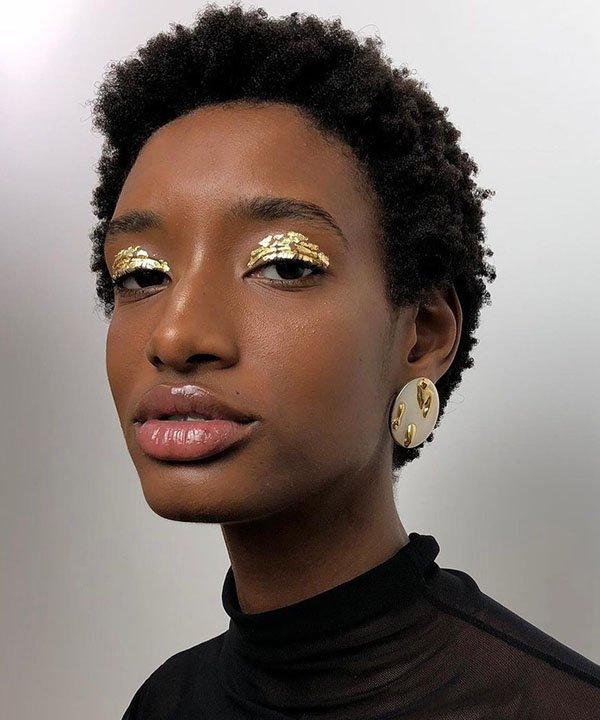 pedaços de ouro  - maquiagem brilhante  - maquiagem com brilho  - tendência de beleza para o verão  - maquiagem de verão  - https://stealthelook.com.br
