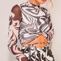blusa cropped de tule estampado psicodélico com amarração manga longa gola alta preta