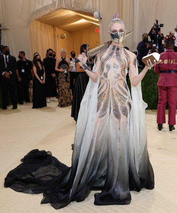Grimes - 2021 - MET Gala - Vogue - Metropolitan Museum of Art - https://stealthelook.com.br