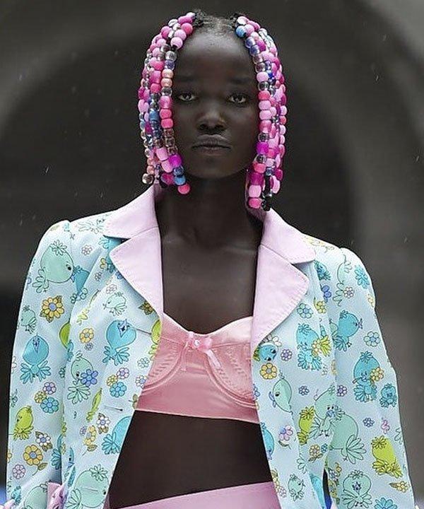 desfile Moschino  - penteados com contas  - NYFW 2022 - beleza Moschino  - semana de moda - https://stealthelook.com.br