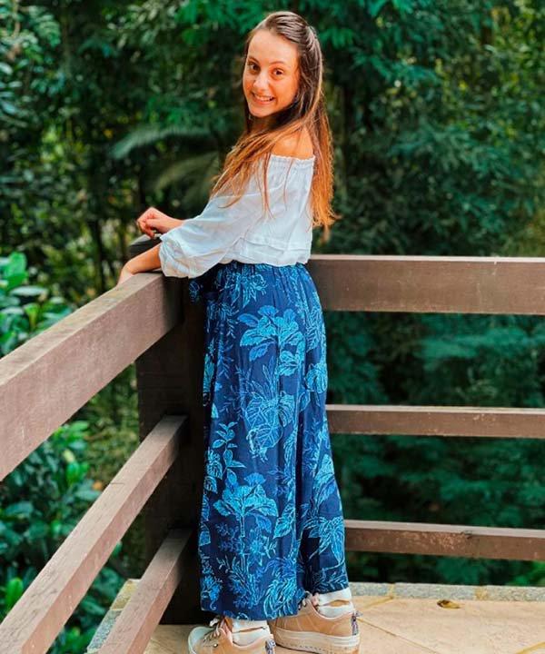 Isabella Savaget - calça estampada - paralisia cerebral - primavera - brasil - https://stealthelook.com.br