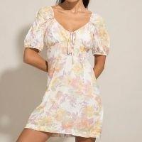 vestido curto estampado floral manga bufante decote v off white