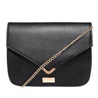 bolsa preta com corrente dourada